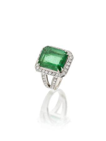 Anel-em-ouro-branco-com-diamantes-esmeralda